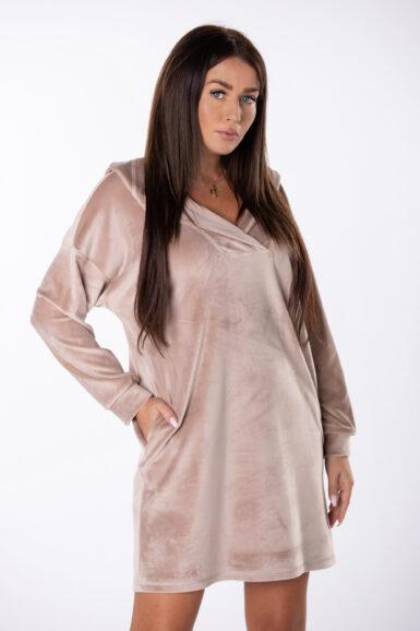 Tunika ima kapuco in je izdelana iz viskoznega pliša, ki je mehak in prijeten za nošenje. Dodane ima stranske žepe.